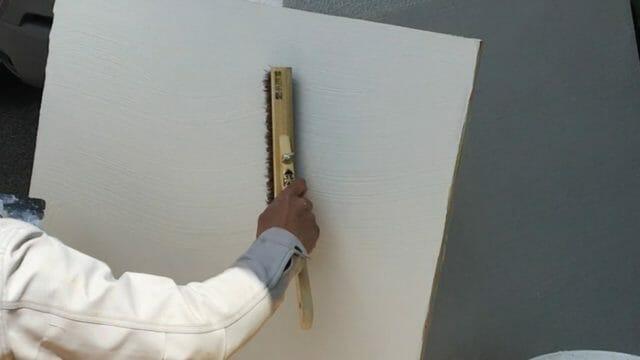漆喰の見本塗りで「ハケ引き」というパターンを付けた模様を作製中